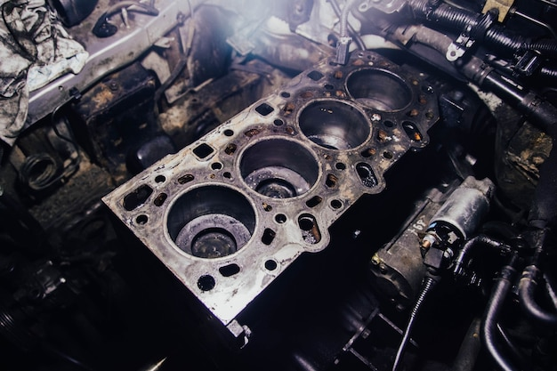 Repair of the head of the engine block of an inline diesel engine opening the combustion chamber