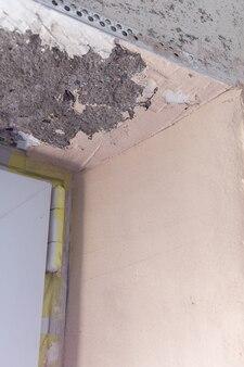 アパートの修理、窓の開口部のセメントとレベリング