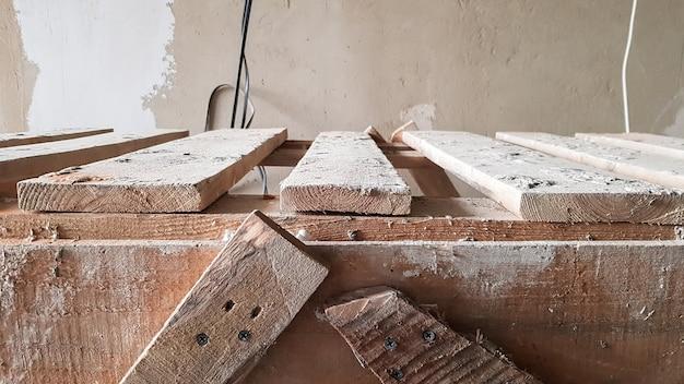 Ремонт в квартире. деревянная лестница гранж. концепция оформления квартиры. скамейка для покраски потолка.