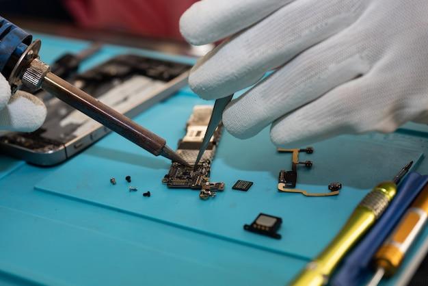 Repair mobile phones or smartphones