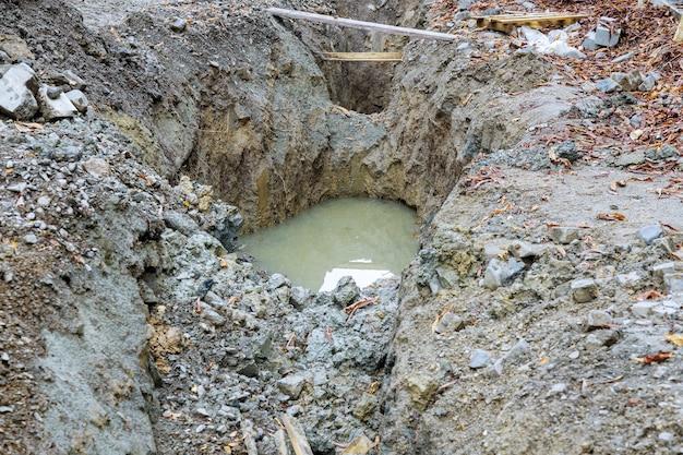 街の通りの建設現場で下水道管を交換するための掘削道路の修理