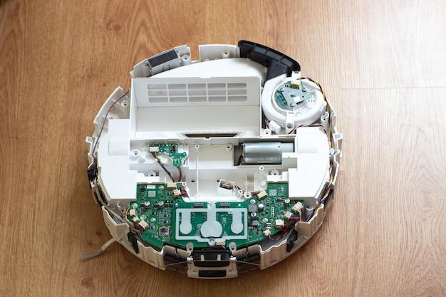 ロボット掃除機の修理分解されたロボット掃除機