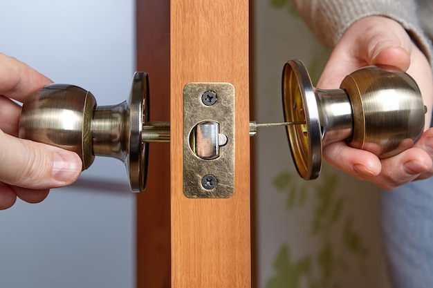 Ремонт или установка дверной ручки.