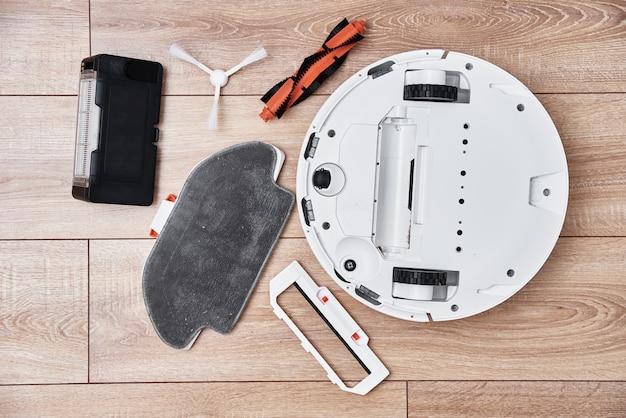 ロボット掃除機を修理し、クローズアップします。家電
