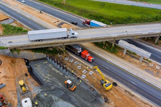 米国で建設中の道路がある改修中の橋の修理現場