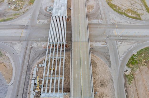 米国で建設中の道路のある改修中の橋の修理現場