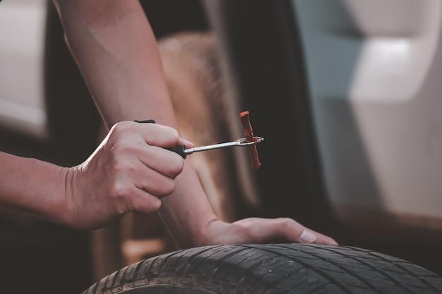 Ремонт покрышек восстановите заплатку на шине, спущенная шина шина протекает из гвоздя. можно ли отремонтировать шину самостоятельно, заплатка на проколотой шине.