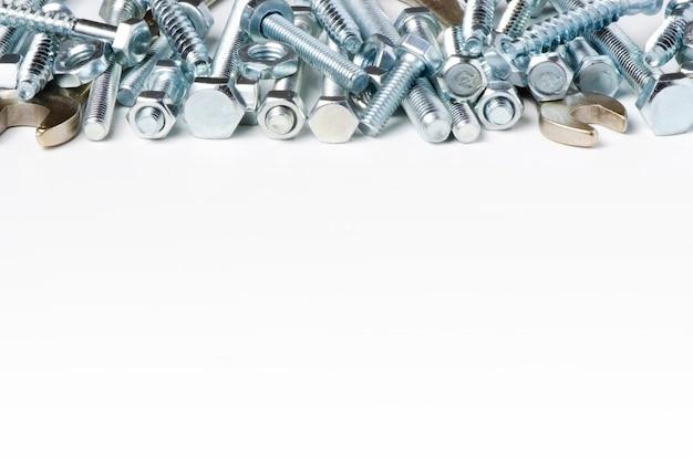 修復ツール。ボルトとレンチ。白色の背景。コピースペース