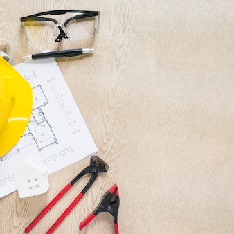 Инструменты для ремонта и предохранительные механизмы вблизи сквозняка