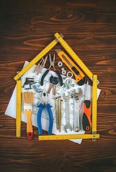 도구로 집 수리 작업. 선택적 초점. 계획