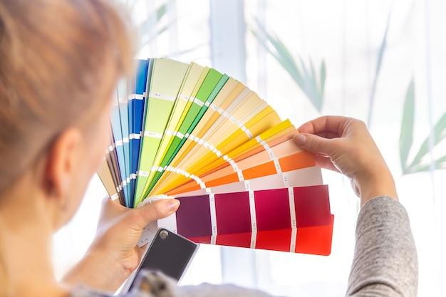 팔레트에서 페인트 색상을 선택하는 수리 작업. 선택적 초점. 사람들.
