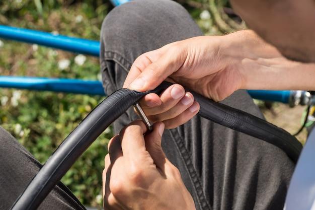 旅行中に屋外で自転車のチューブを修理する