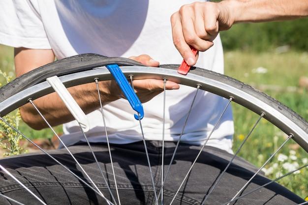 旅行中に屋外で自転車の車輪を修理する