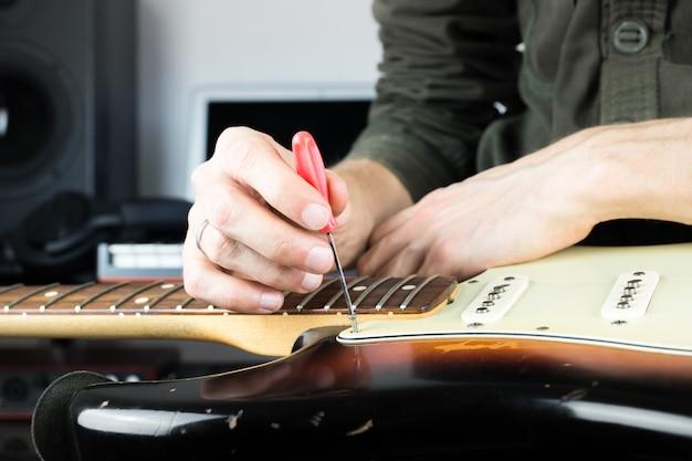 古いエレキギターの修理