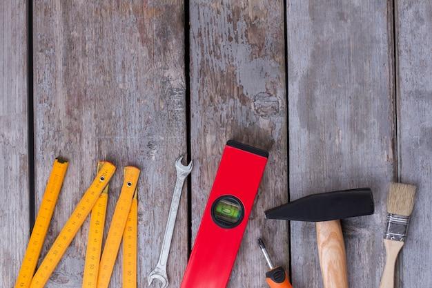 Набор инструментов для ремонта на сером деревянном фоне