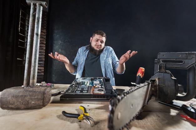 Ремонтник устраняет проблемы с электронными компонентами компьютерной техники.
