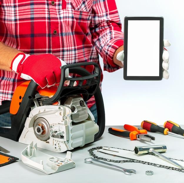 デジタルタブレットを保持している修理工。