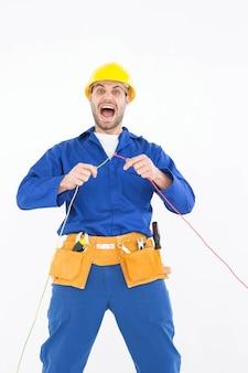 Ремонтщик кричит, держа провода