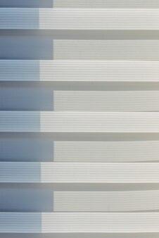 繰り返しパターン、背景テクスチャ、縞模様のデザイン。太陽に照らされたローラーブラインド