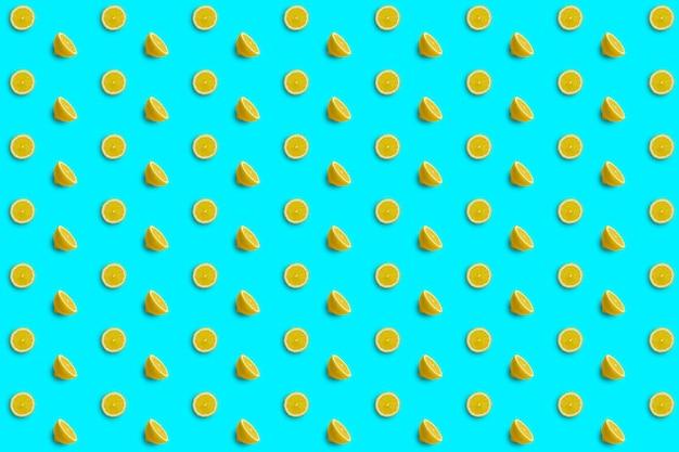 밝은 파란색 배경에 레몬 조각과 레몬 반으로 구성된 반복 패턴