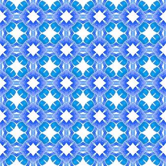 ストライプの手描きの境界線を繰り返します。ブルーの心地よい自由奔放に生きるシックな夏のデザイン。縞模様の手描きデザイン。テキスタイル対応の活気のあるプリント、水着生地、壁紙、ラッピング。