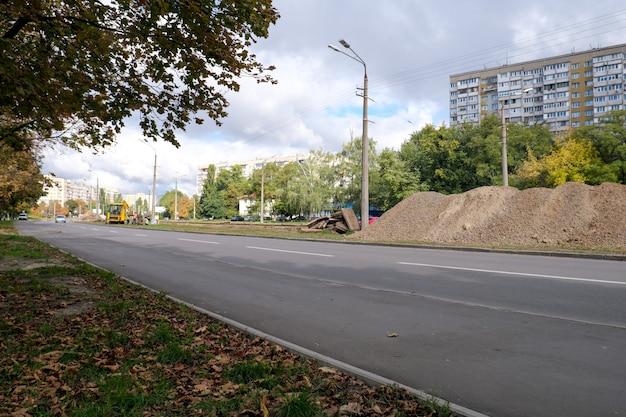 Замена старых трамвайных путей в киеве сентябрь 2021 г. подготовка к укладке новых рельсов