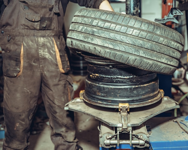 Replacement of tires on the wheels of the car in the service