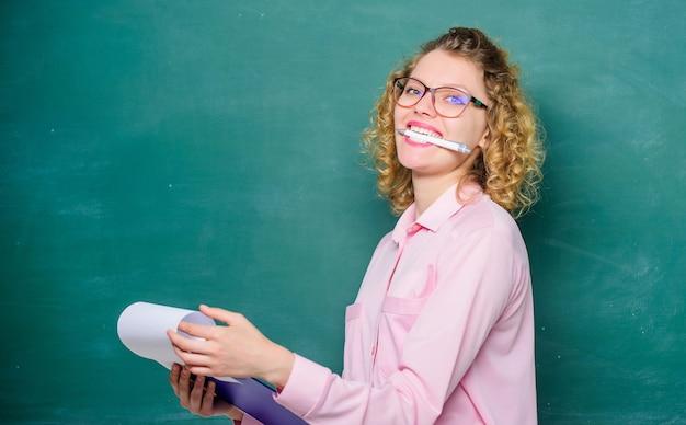 프로젝트를 보고합니다. 학교로 돌아가다. 학교 수업에서 여자 교사입니다. 칠판에 안경에 행복 한 학생입니다. 문서 폴더와 교사입니다. 새 학년. 소녀는 시험을 준비합니다. 여자 개념에 대 한 일기입니다.