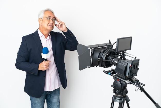 Репортер среднего возраста бразильский мужчина держит микрофон и сообщает новости изолированно, сомневаясь и думая