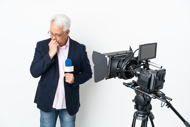 Репортер среднего возраста бразильский мужчина держит микрофон и сообщает новости, изолированные на белом фоне с сомнениями