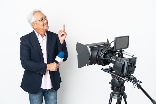 기자 중년 브라질 남자는 마이크를 잡고 흰색 배경에 격리된 뉴스를 보고하고 좋은 아이디어를 제시합니다.