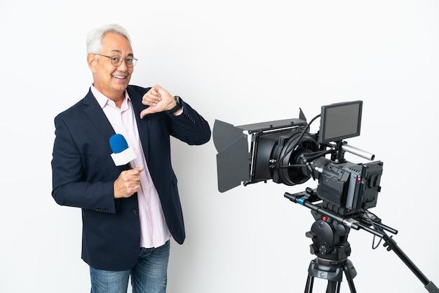レポーター中年のブラジル人男性がマイクを握り、孤立したニュースを誇り高く自己満足を報告している