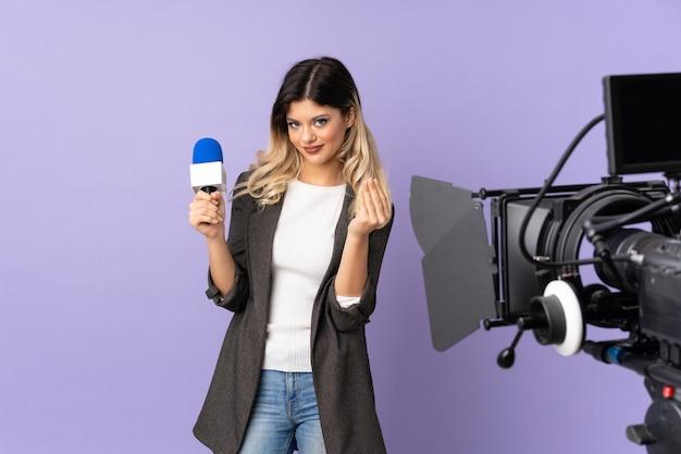 Репортер девочка-подросток держит микрофон и сообщает новости