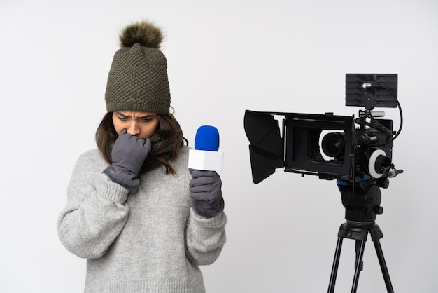 Репортер женщина держит микрофон и сообщает новости изолированы