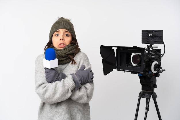 Репортер женщина держит микрофон и сообщает новости на изолированном белом фоне замораживания
