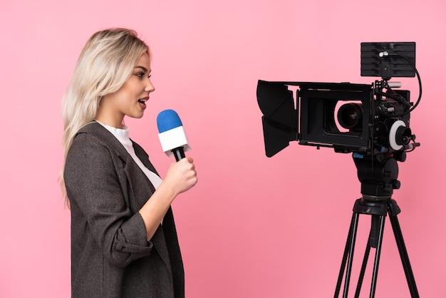 Репортер женщина держит микрофон