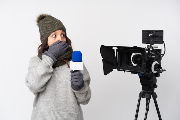 Репортер женщина на пастельной стене