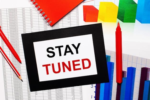 Отчеты и цветные диаграммы находятся на столе со словами stay tuned