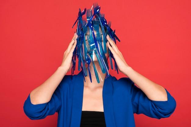 青いプラスチック製食器廃棄物の表現