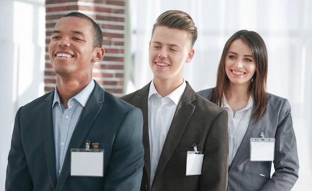 Представители успешной бизнес-команды с пустыми значками. бизнес-концепция