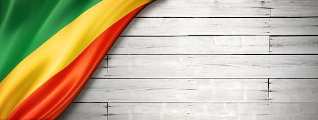 Флаг республики конго на старой белой стене. горизонтальный панорамный баннер.