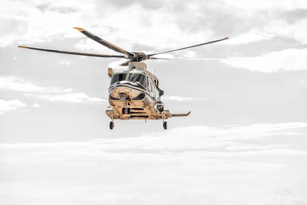 Спасательный вертолет в небе во время аварийного полета