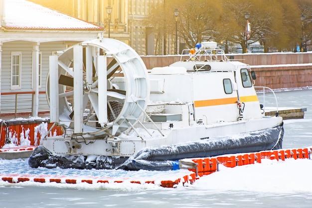 冬の凍った川の桟橋でホバークラフトを救出してください。