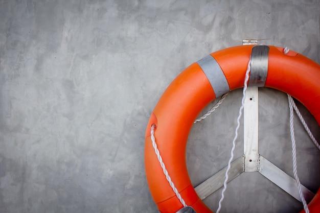 Спасательное кольцо на бетонной стене