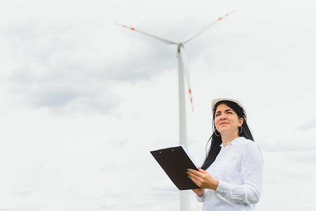 Исследователь анализирует показания ветряной электростанции.