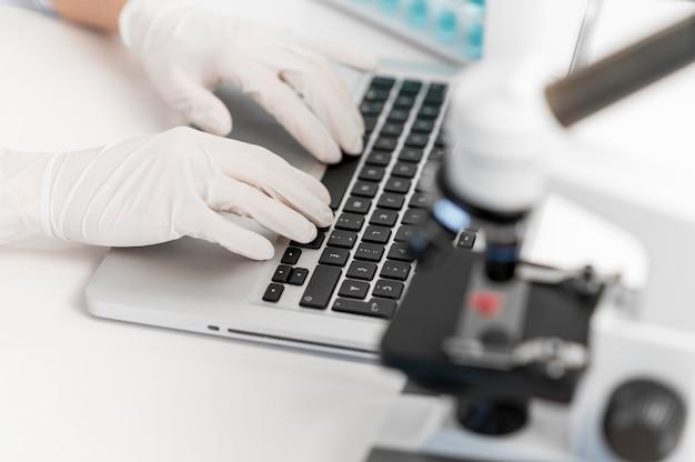 Ricercatore femminile in laboratorio