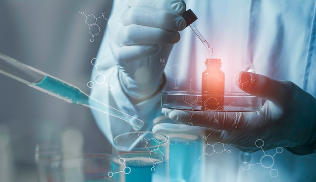 분석, 의료, 제약 및 과학 연구 개념에 대한 액체 유리 실험실 화학 테스트 튜브와 연구원.