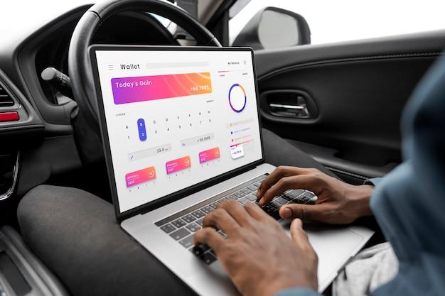Ricercatore che lavora su un nuovo modello di auto a guida autonoma