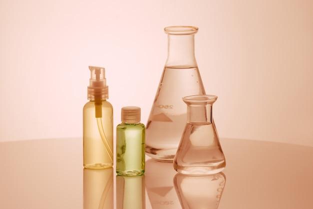 研究者は、実験室でガラス製品を使用し、化粧品とエネルギーの研究を行っています。