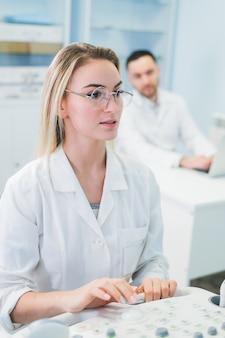 コンピューター科学分析データで働く研究者チーム